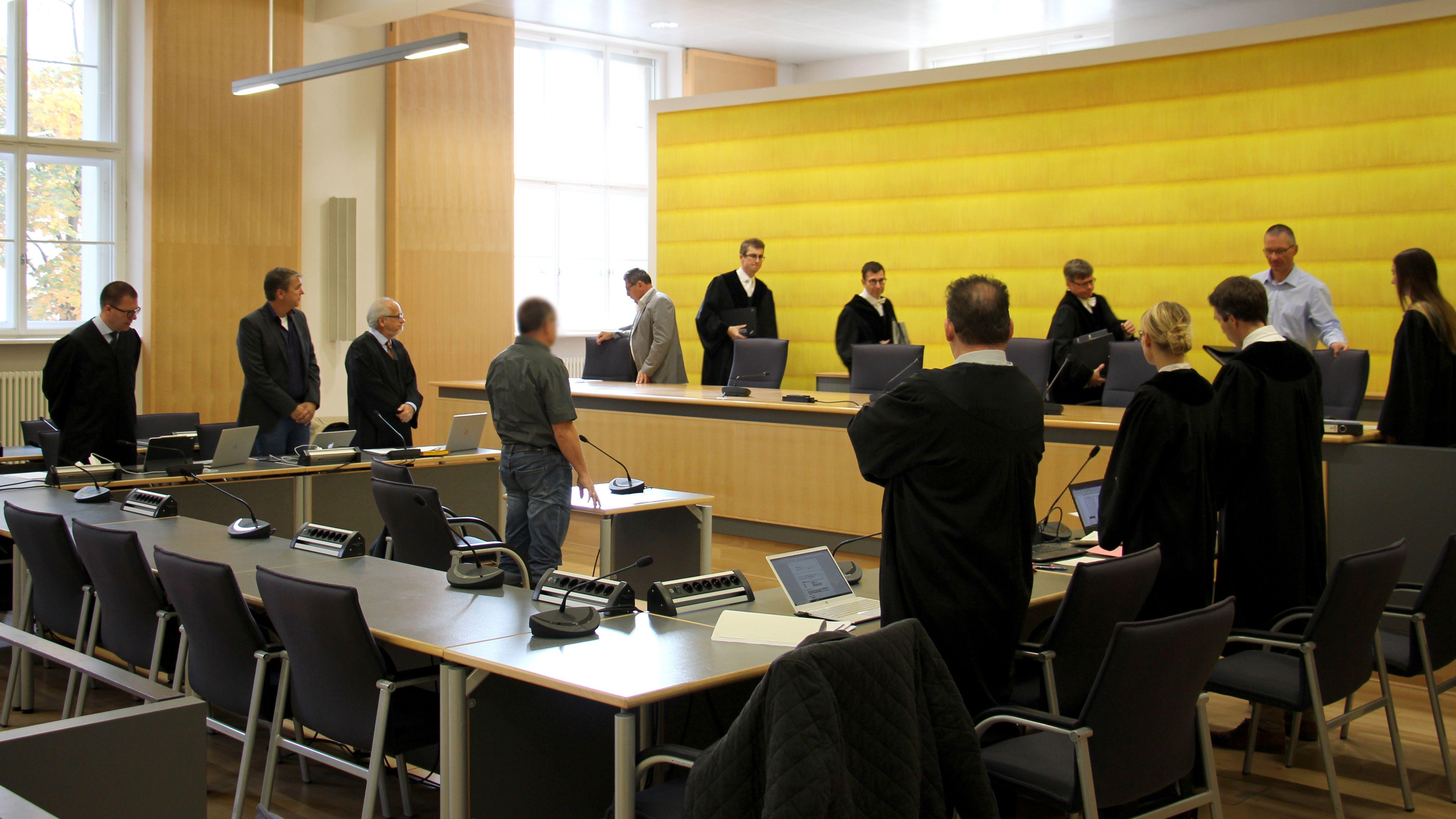 Am Zeugentisch (Mitte) nimmt heute ein Genetiker Platz. Links der Angeklagte Stefan Pohlmann mit seinen Anwälten.