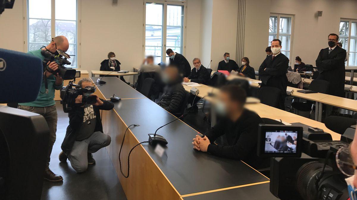 Die Angeklagten (erste Reihe) am Tag der Urteilsverkündung in einem Verhandlungssaal im Justizpalast in Augsburg