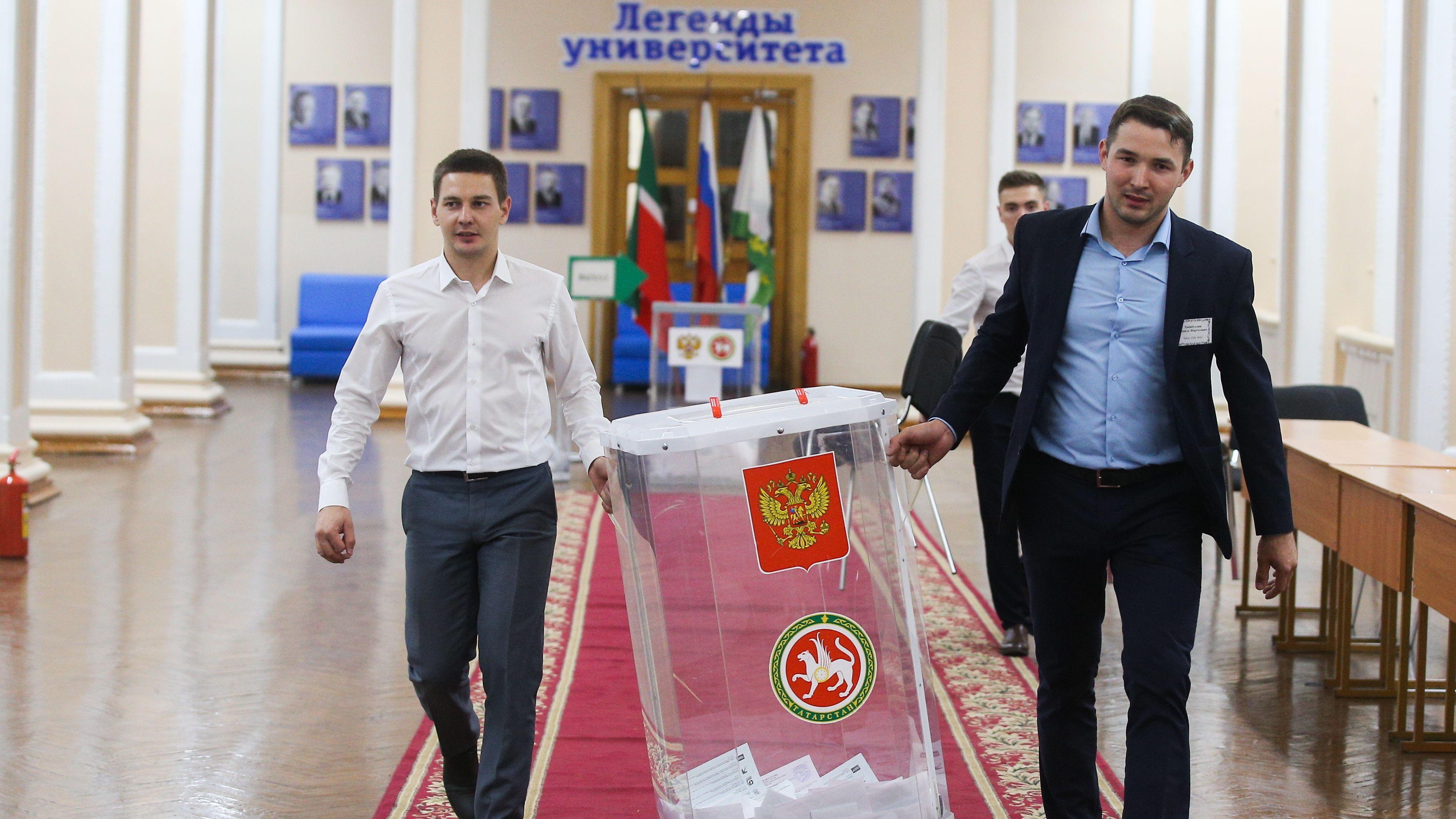 Russland, Kazan: Wahlhelfer transportieren die Wahlurne nach dem Schluss der Wahllokale