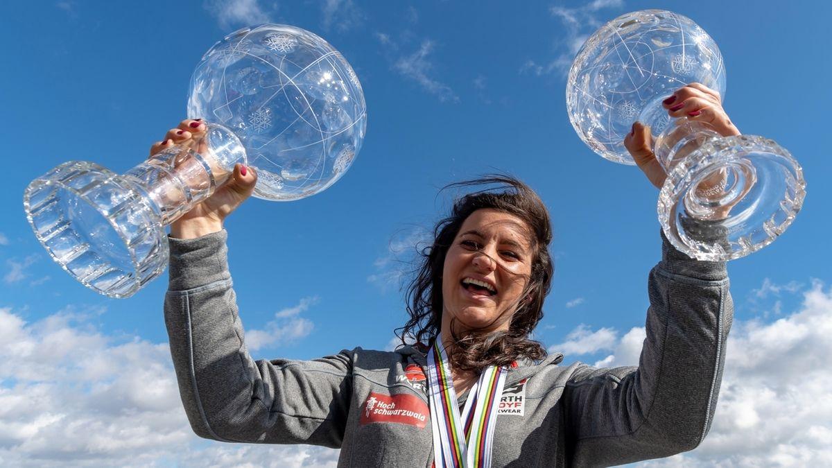 Ramona Hofmeister mit der großen und kleinen Kristallkugel
