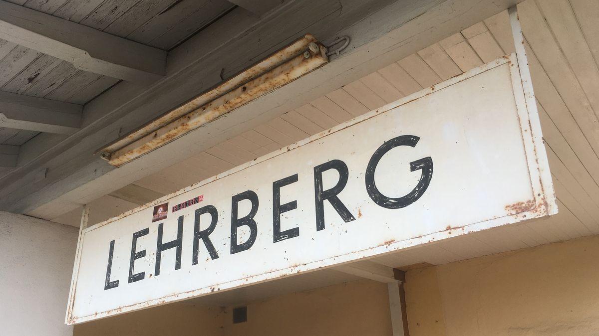 Schild des stillgelegten Bahnhofs Lehrberg