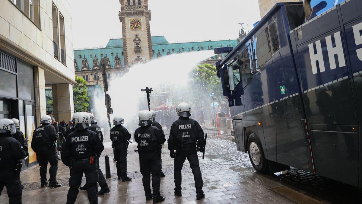 Ist die eingesetzte Gewalt verhältnismäßig? Diese Frage müssen sich Polizisten immer stellen - wie hier bei einer Demo in Hamburg.