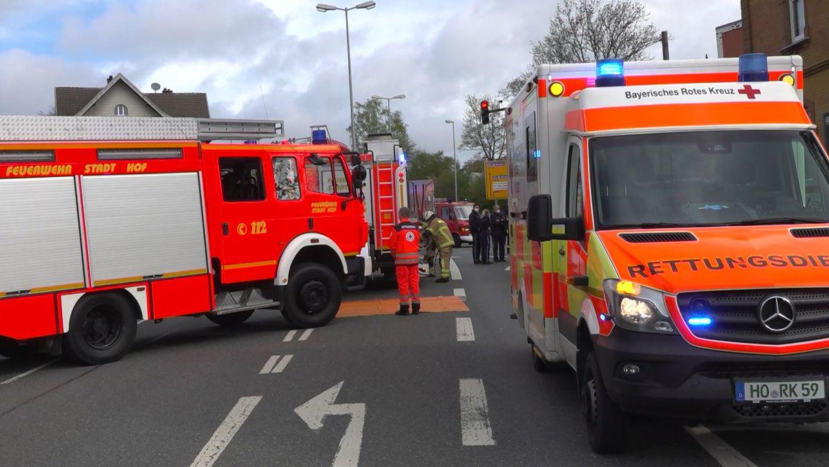 Feuerwehr- und Rettungsdienst-Fahrzeuge stehen auf einer Straße.