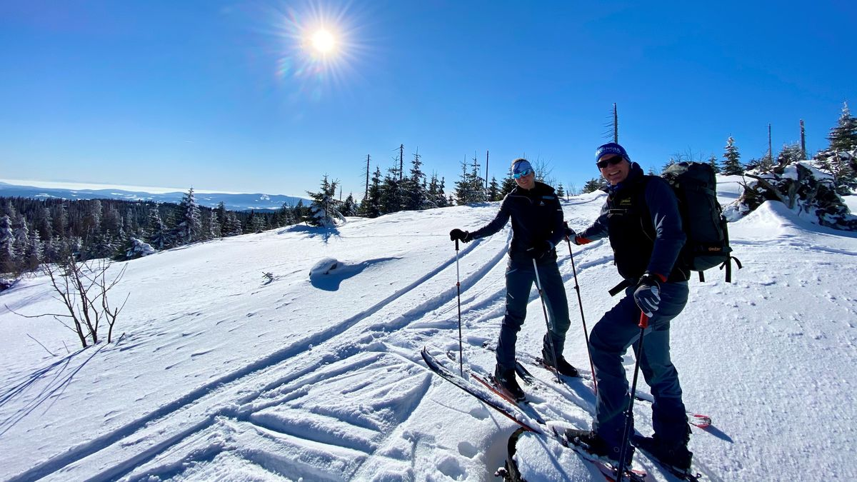 Skitourengeher Baptist Koller mit Begleitung im Winter auf dem Arber