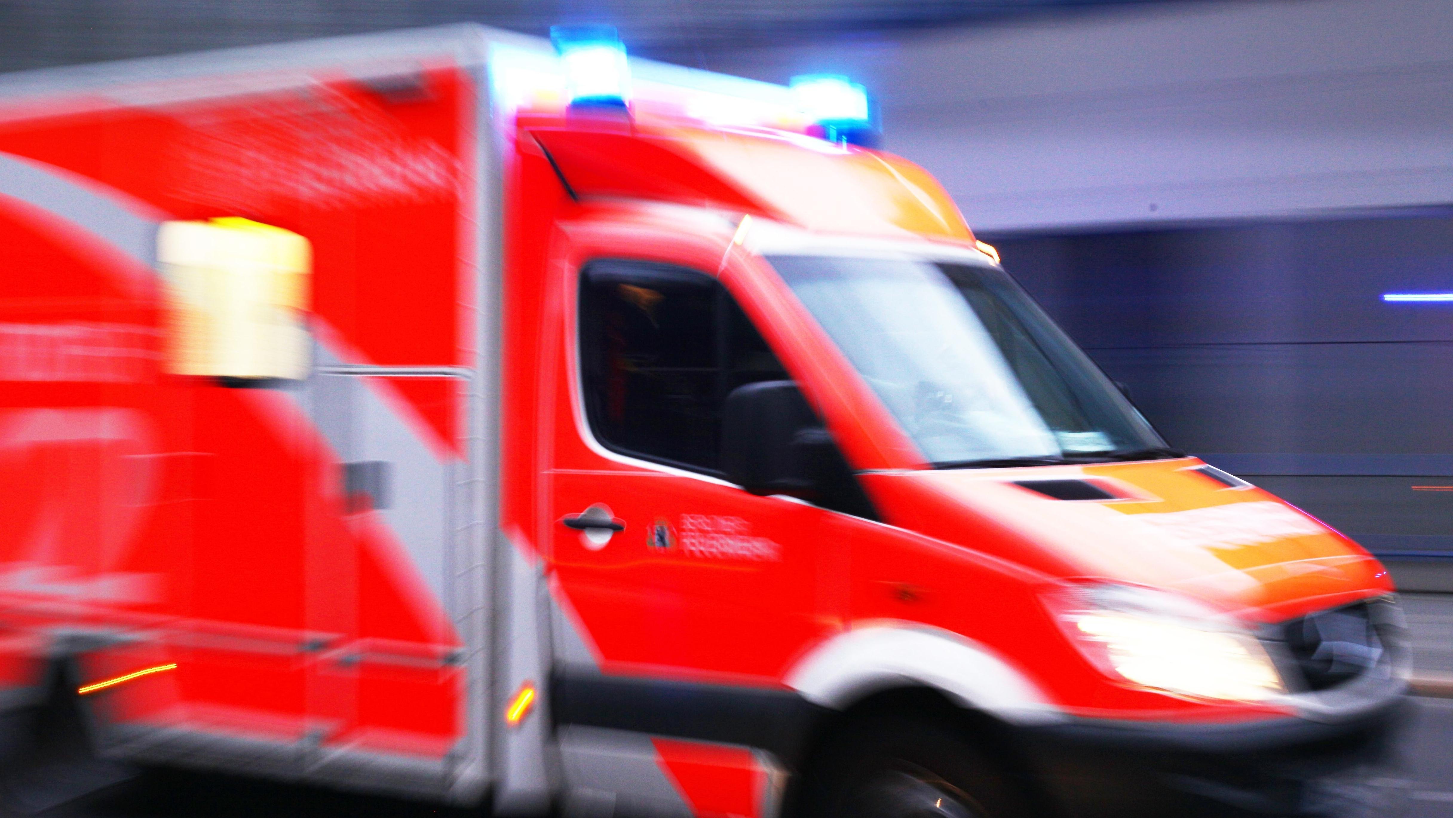 Fußgängerin über Mauer gestürzt und tödlich verletzt