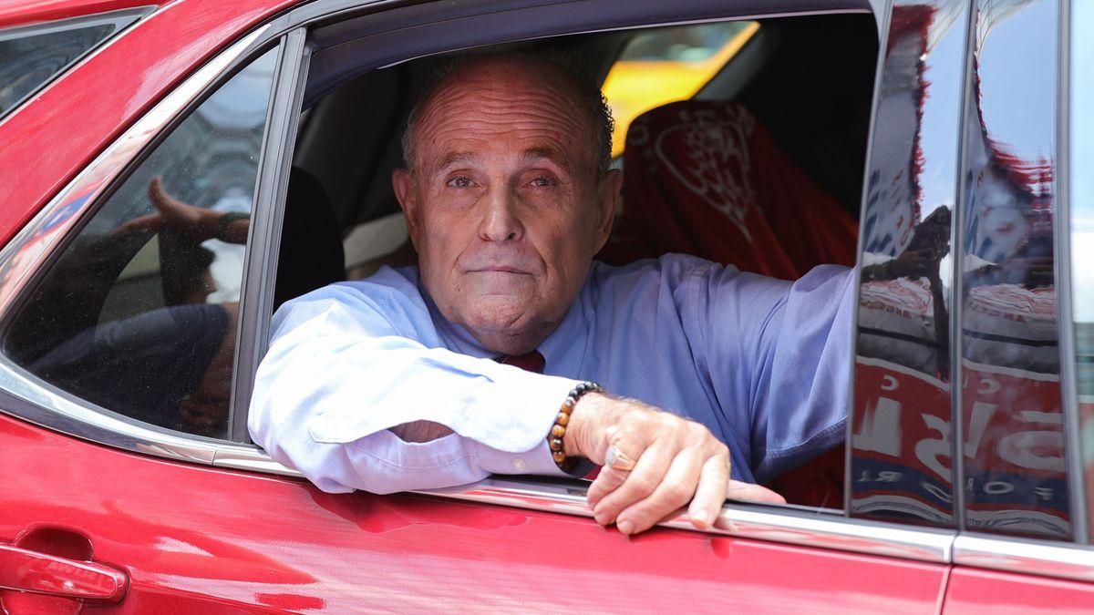 Der Politiker im Fonds eines roten Autos