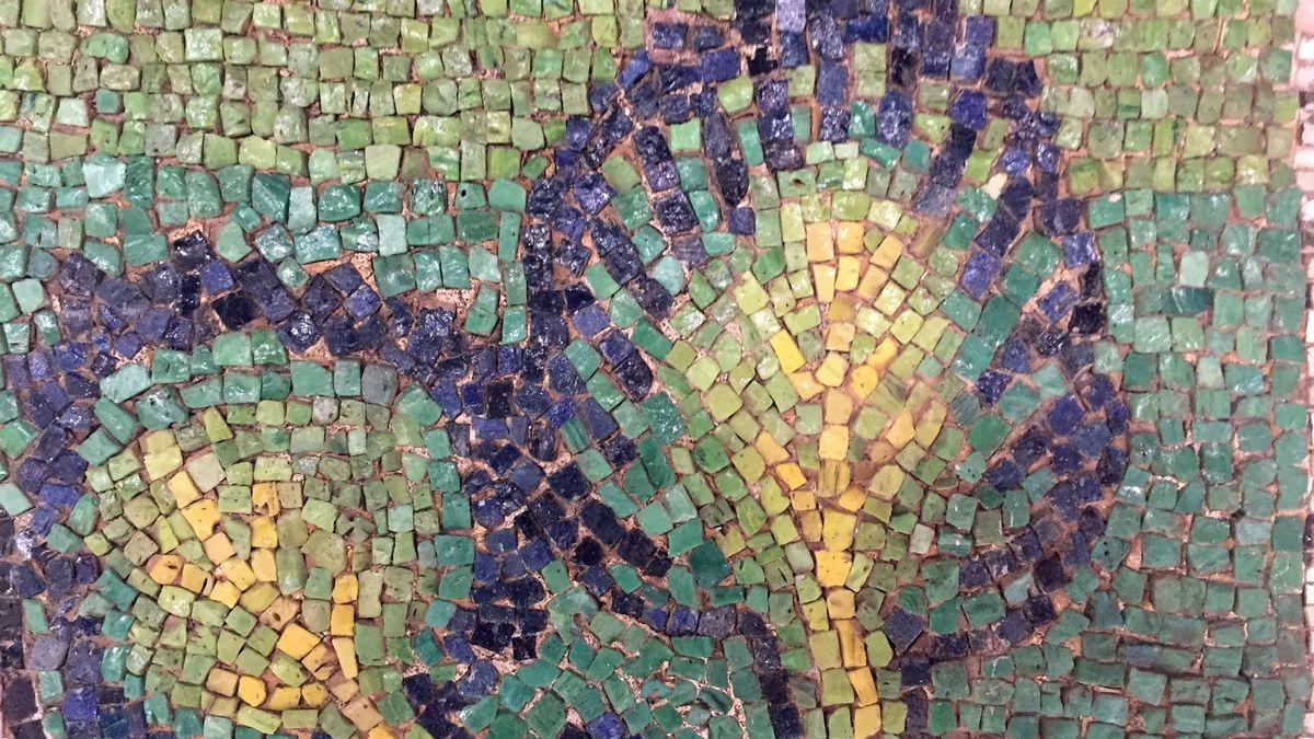 Die Mosaike waren mit einem dunkelbraunen Rußfilm überzogen