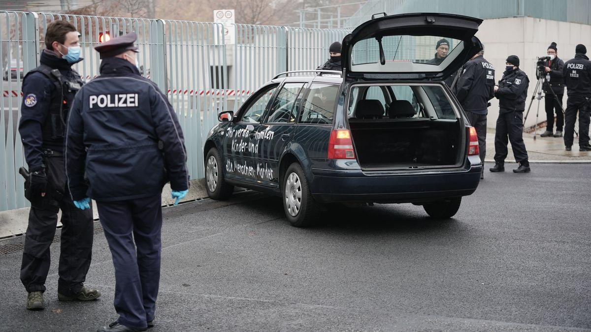 Ein Auto steht vor dem Tor des Bundeskanzleramts