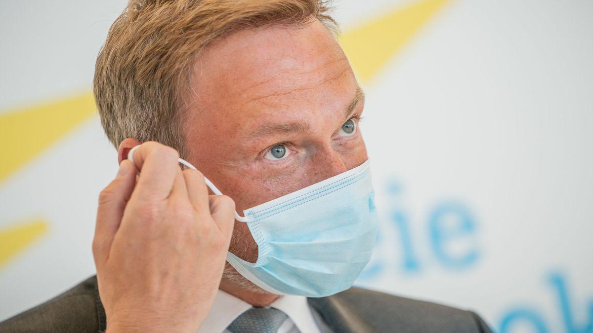 Christian Lindner (FDP) nimmt am 21.04. vor einem Pressestatement seinen Mundschutz ab.