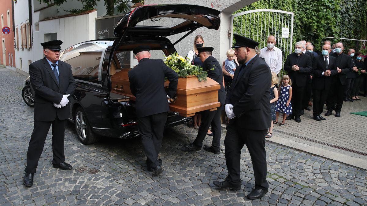 Am Mittwoch fand eine Aussegnungsfeier im Wohnhaus Ratzingers statt. Dann wurde der Leichnam abtransportiert.
