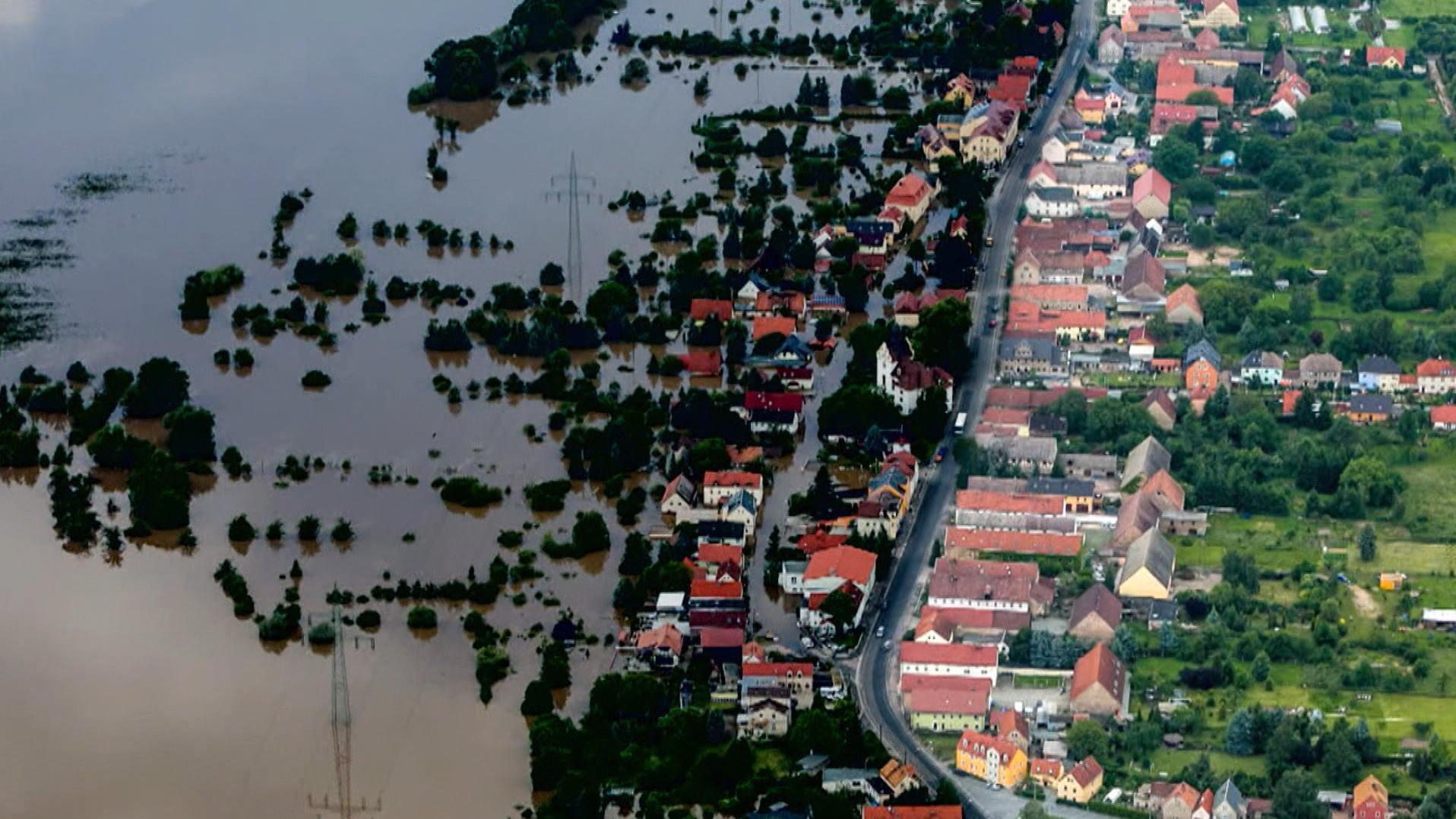 Teilweise überschwemmter Ort bei einem Hochwasser.