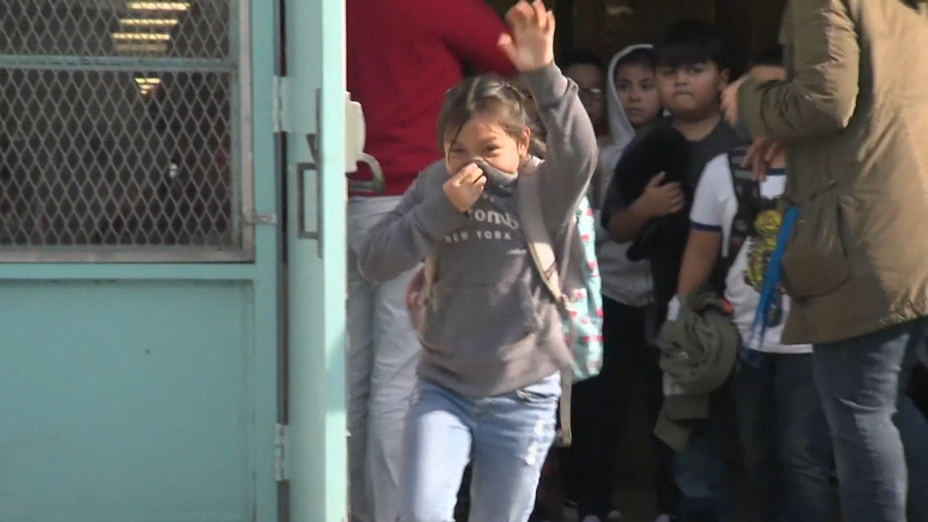 Nach der Kerosindusche: Kinder dürfen das Schulgebäude verlassen.