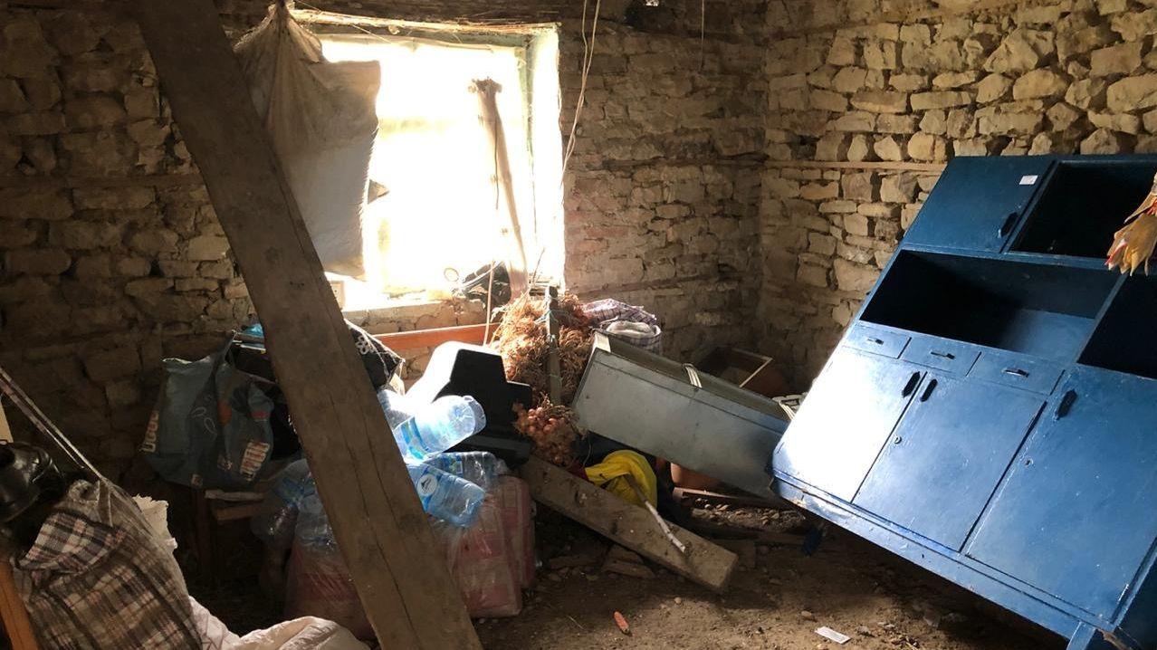 Ein vom Erdbeben völlig zerstörtes Landhaus