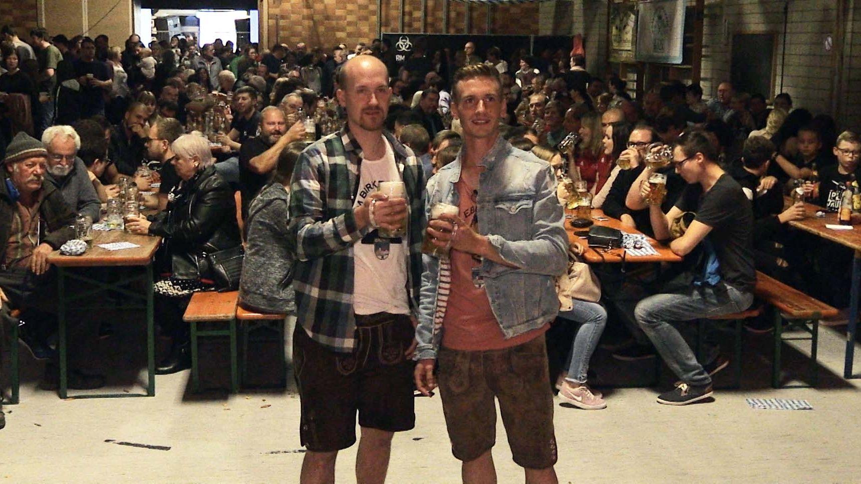 """Markus Schmid (rechts), der """"falsche Eberhofer"""" und sein Kumpel Andre Hilburger hatten zum """"Lewakasfest"""" eingeladen."""
