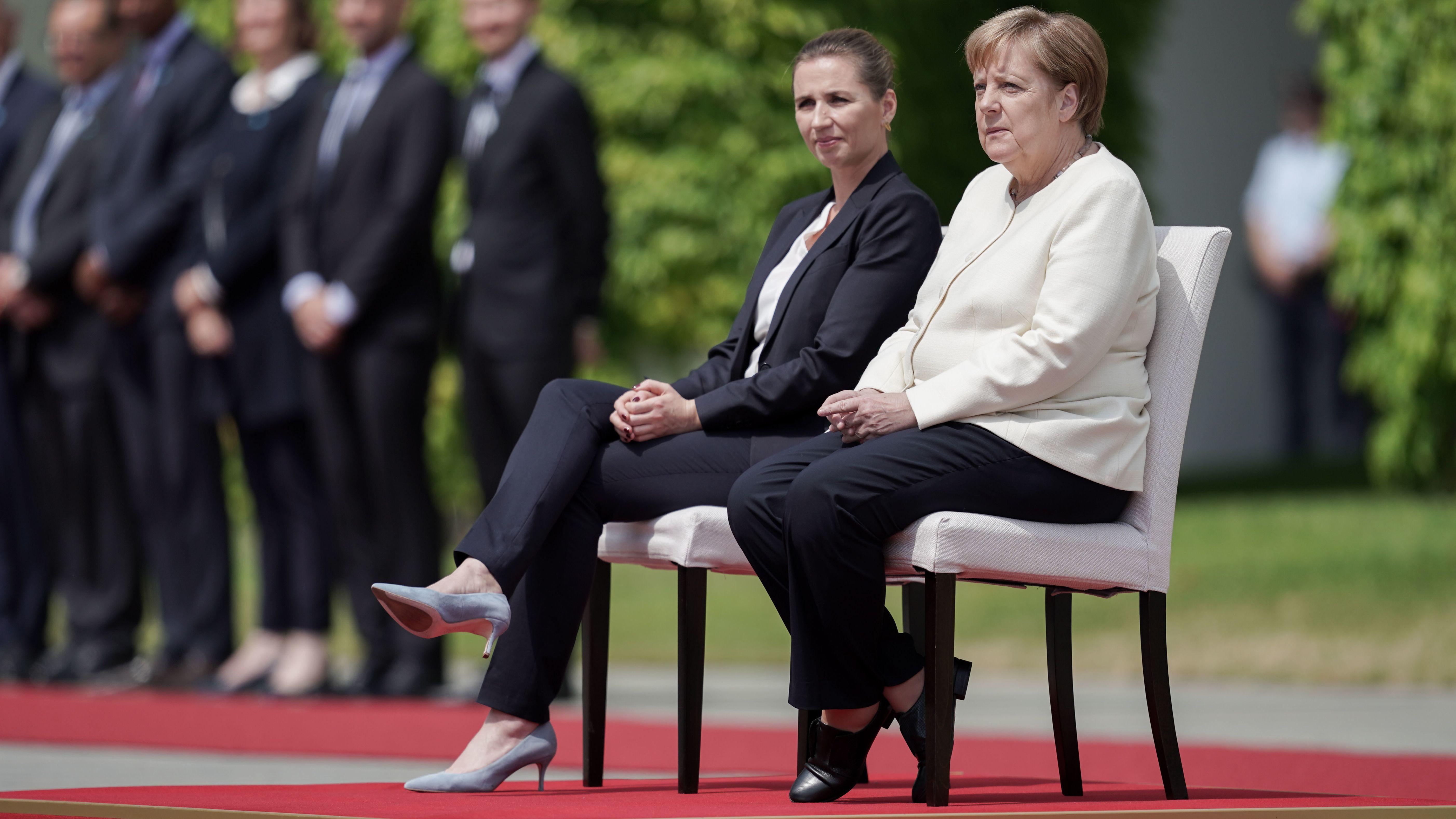 Bundeskanzlerin Merkel und die dänische Ministerpräsidentin Frederiksen beim Staatsempfang vor dem Bundeskanzleramt in Berlin