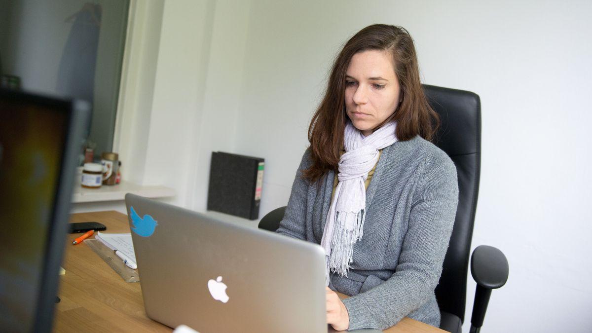 Julia Probst ist gehörlos und Aktivistin für Gebärdensprache.
