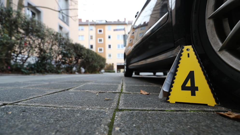 Eine Markierung der Polizei steht an einem Tatort im Nürnberger Stadtteil St. Johannis. | Bild:pa/dpa/Daniel Karmann