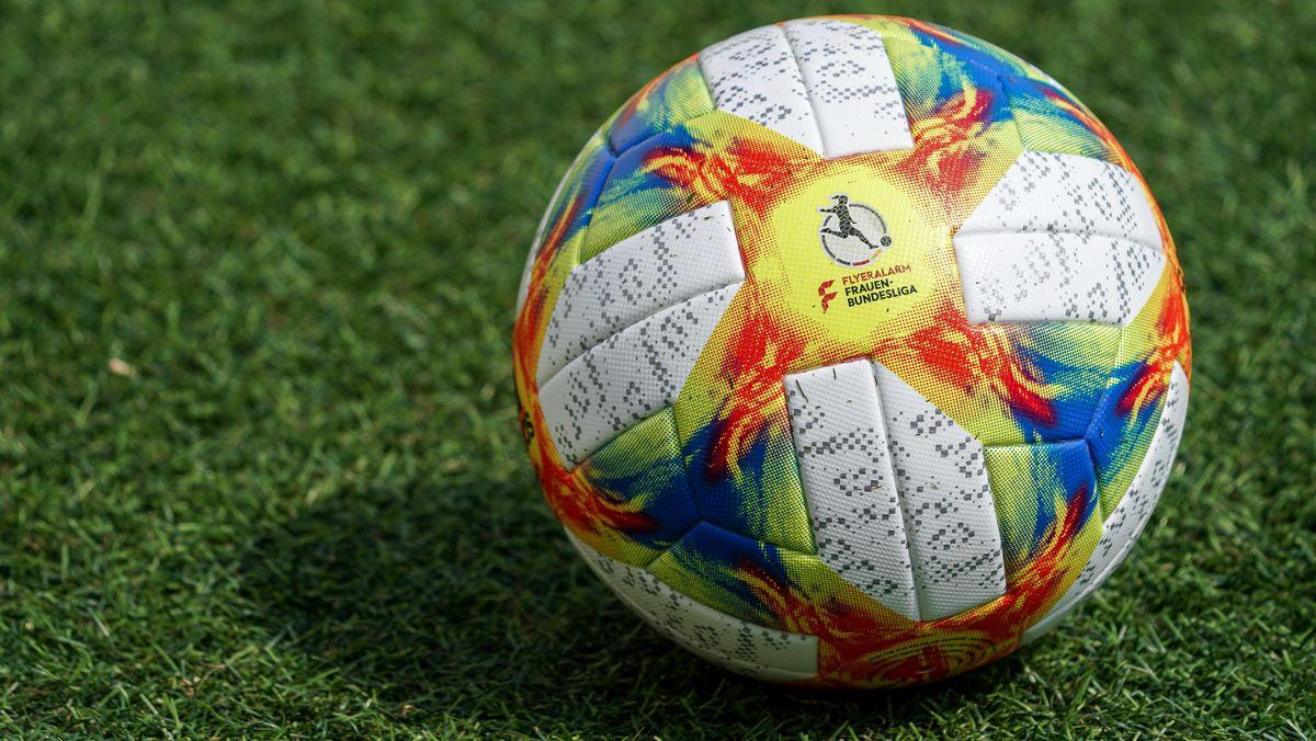 Ball auf dem Frauen-Bundesliga steht