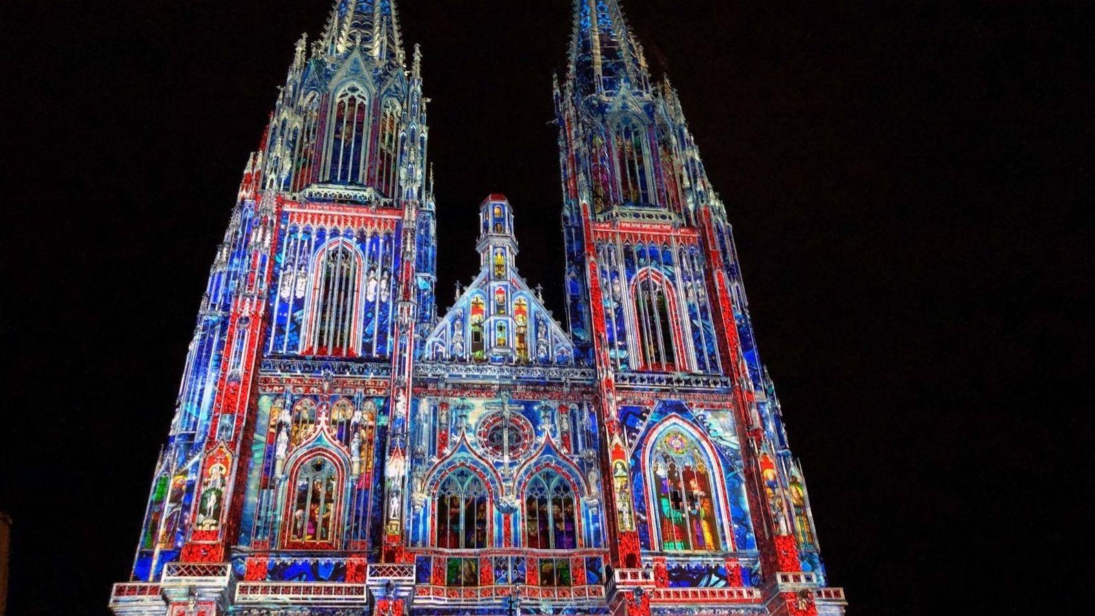 Der angestrahlte Dom in Regensburg