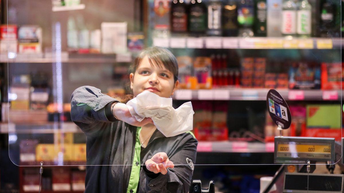 Supermarktkassiererin hinter Plexiglas (in Leipzig)
