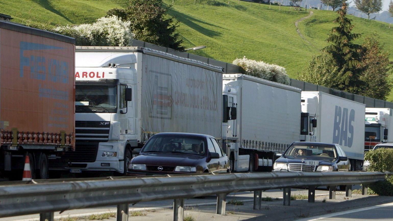 Langer Lkw-Stau auf der rechten Spur während Pkw gut voran kommen