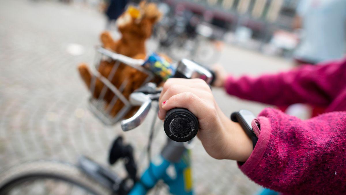 Kind auf einem Fahrrad (Symbolbild)