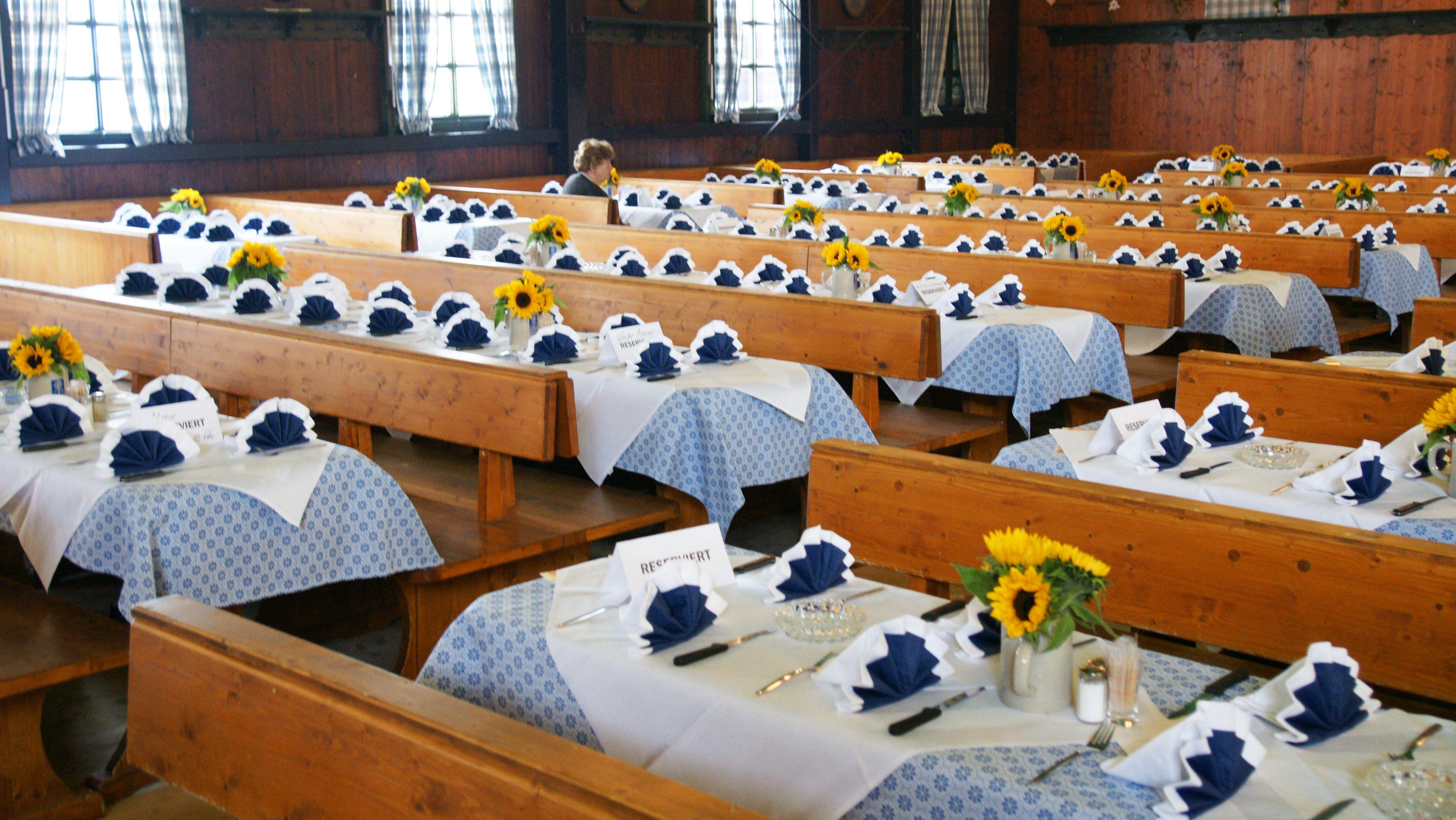 Reservierte Tische in Wiesnzelt