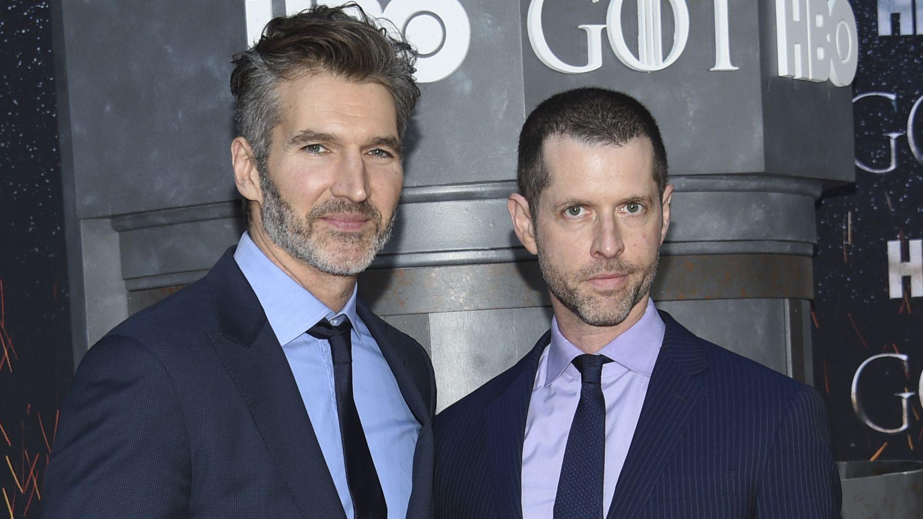 David Benioff und D.B. Weiss stehen nebeneinander, beide tragen Anzug und Krawatte.