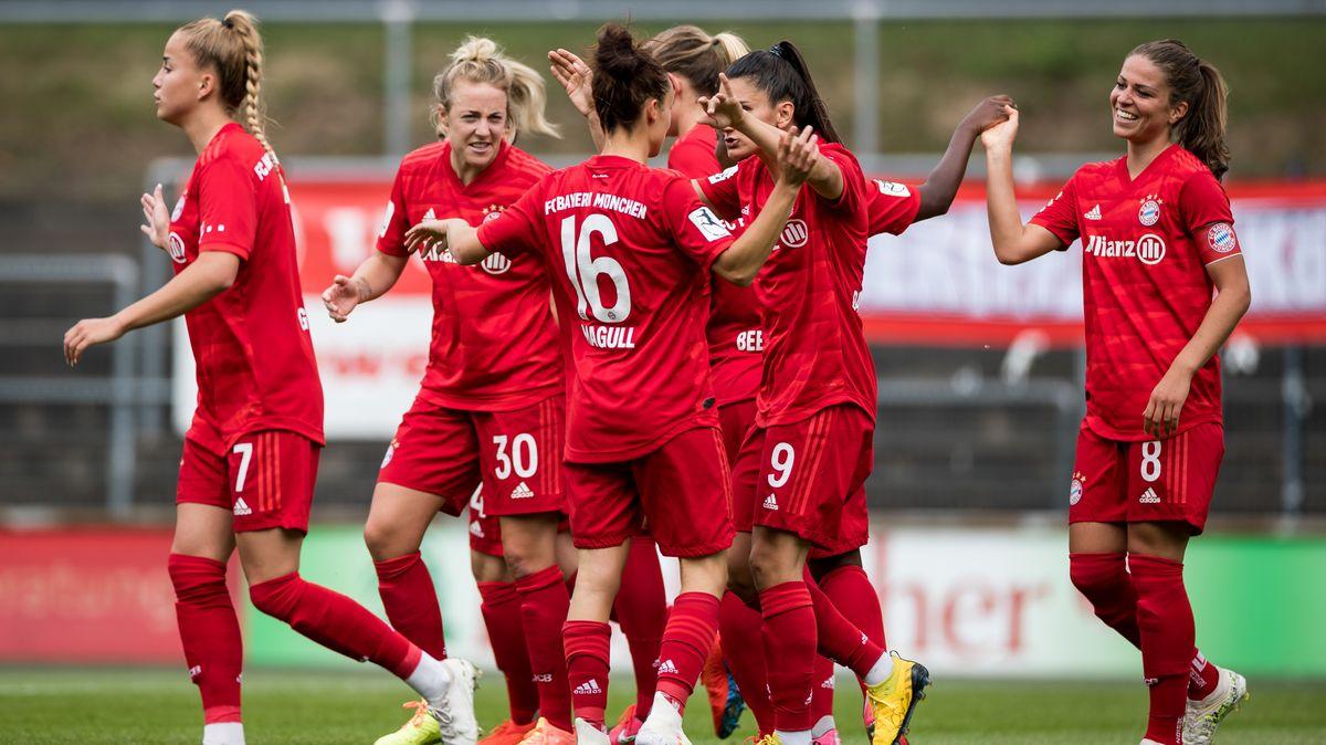 FC Bayern-Frauen feiern ihren Sieg gegen Essen