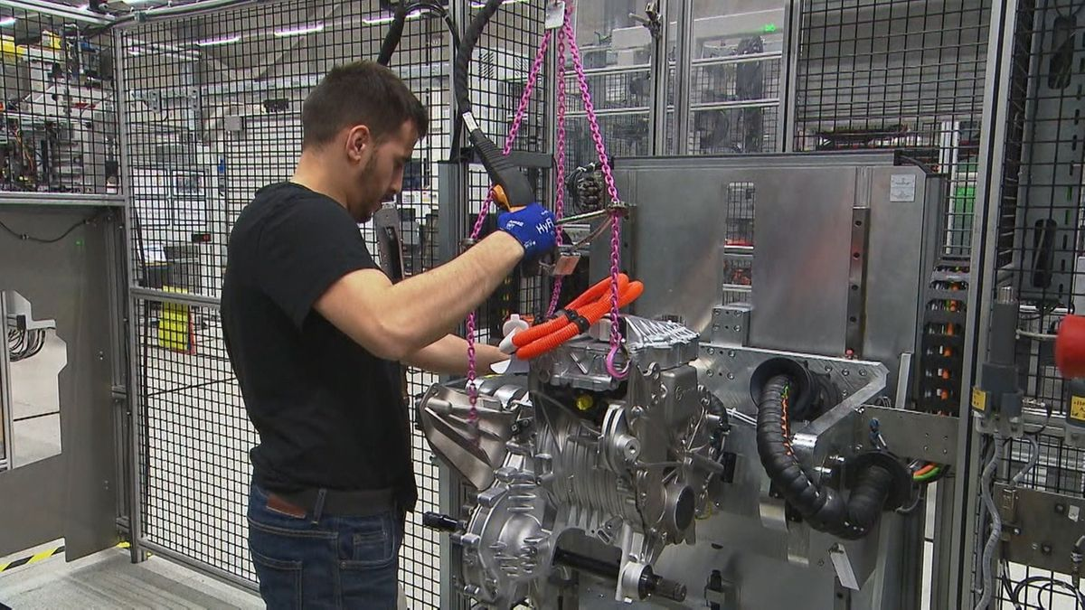 Arbeiter von ZF hantiert an einer Maschine