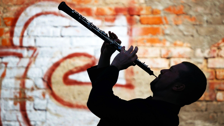 Ein freiberuflicher Musiker spielt auf seinem Instrument (Symbolbild)