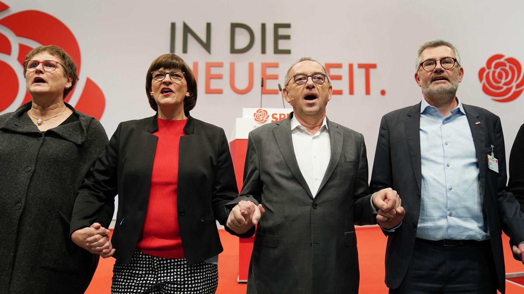 Von links: Leni Breymaier (MdB), Saskia Esken und Norbert Walter-Borjans (Bundesvorsitzende), Dietmar Nietan (Schatzmeister) beim Schlusslied.