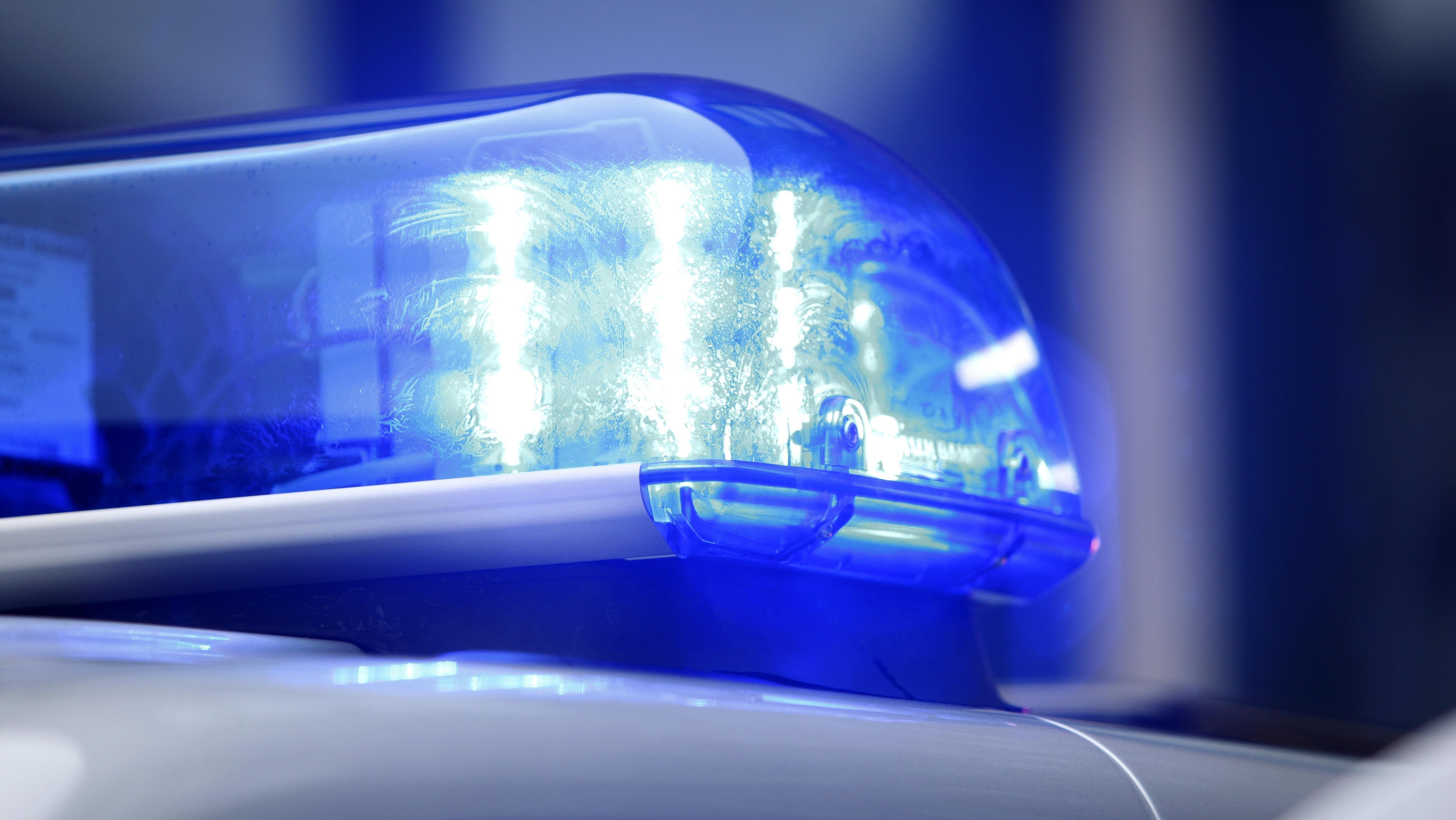 Blaulicht auf einem Polizeifahrzeug (Symbolbild)