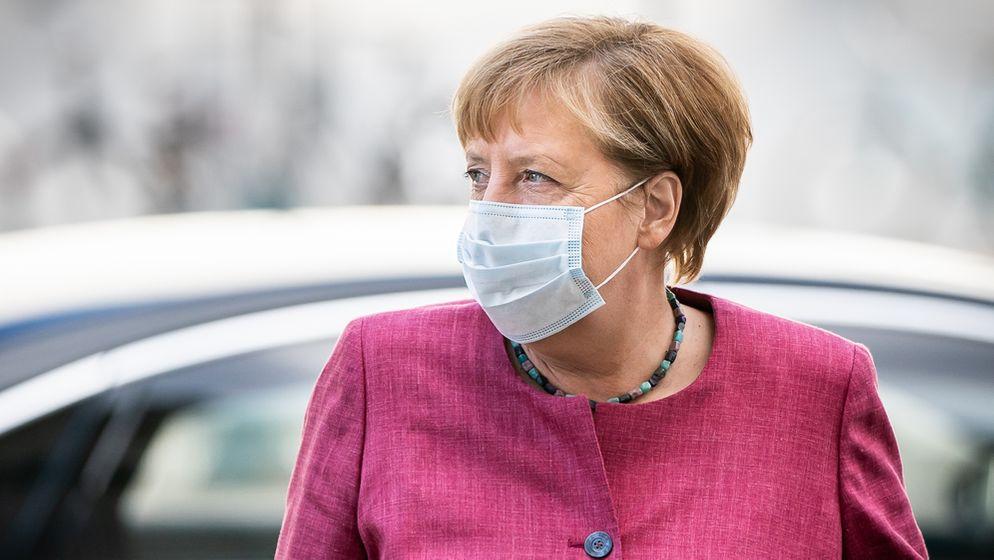 Bundeskanzlerin Angela Merkel (CDU) kommt mit Mund-Nasen-Schutz zur Sitzung der CDU/CSU-Bundestagsfraktion am Bundestag an.Bundeskanzlerin Angela Merkel (CDU) kommt mit Mund-Nasen-Schutz zur Sitzung der CDU/CSU-Bundestagsfraktion am Bundestag an.   Bild:picture alliance/Michael Kappeler/dpa
