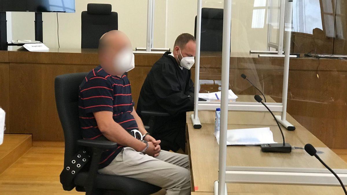Der Angeklagte mit seinem Anwalt.
