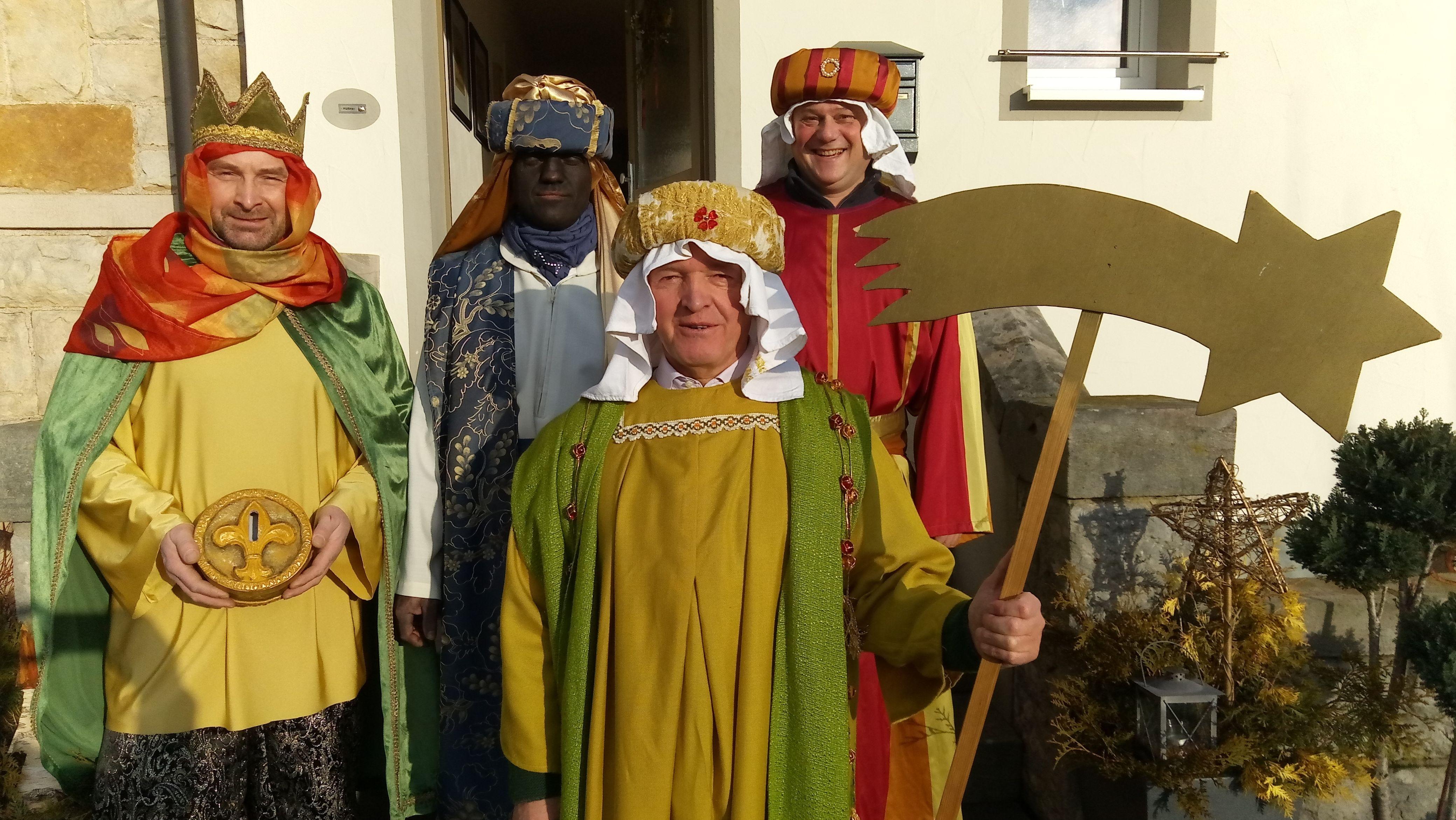 Thomas Habermann (vorne), Landrat von Rhön-Grabfeld, zog am Dreikönigstag als Sternsinger um den Kreuzberg. Unterstütz wurde er vom Bischofsheimer Bürgermeister Georg Seiffert (rechts) sowie von Mathias Hüttner und Georg Kirchner (Liedertafel Bischofsheim)