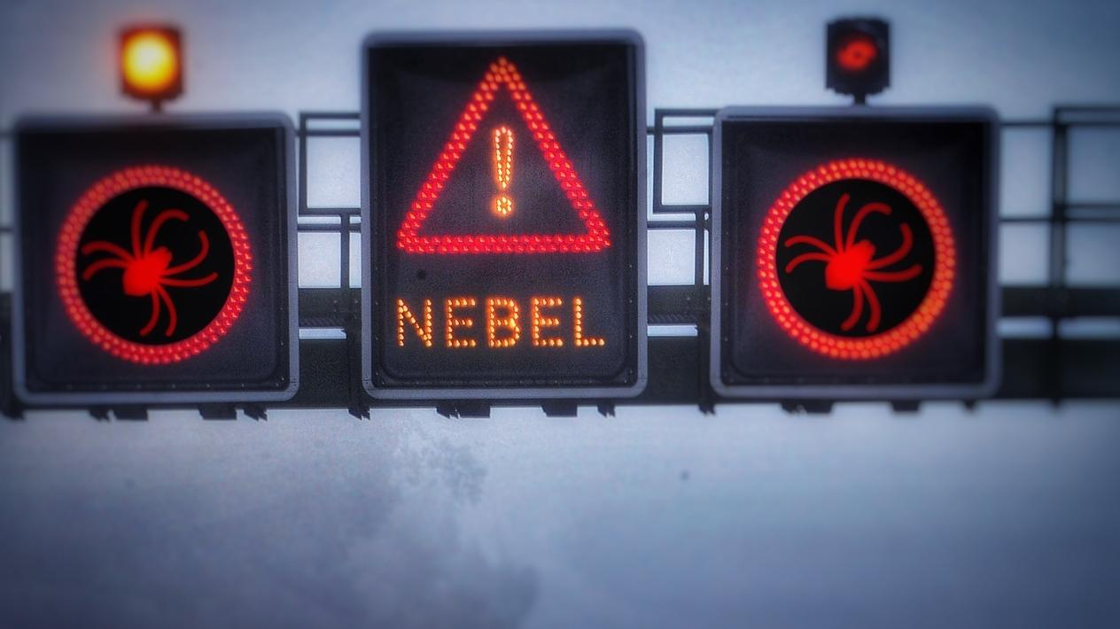 Autobahn: Nebelanzeige mit Spinne (Collage)