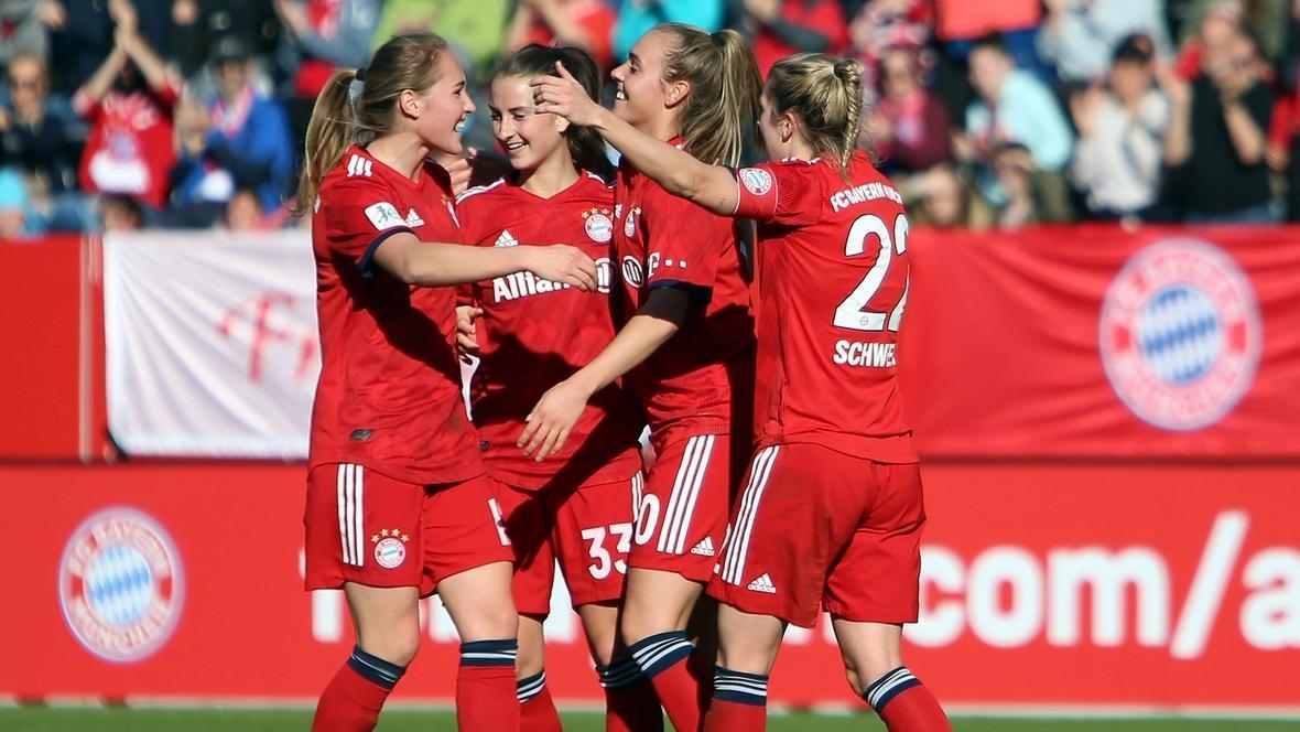 Jubelnde Spielerinnen des FC Bayern München