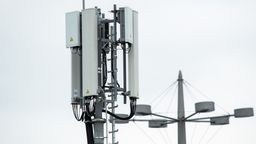 Symbolbild: Mobilfunkantennen für das 5G-Netz  | Bild:dpa-Bildfunk/Federico Gambarini