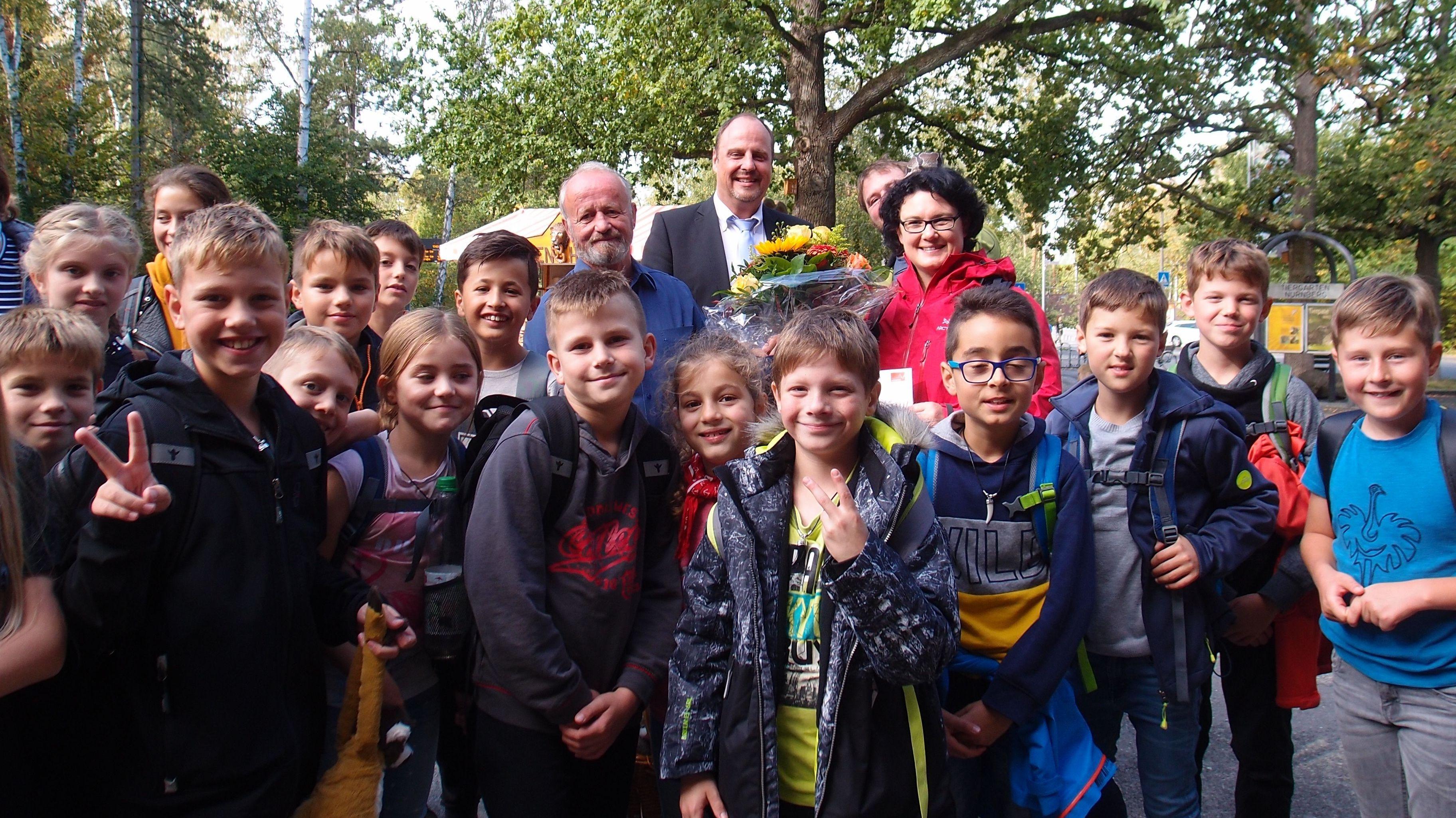 Millionster Besucher im Tiergarten Nürnberg: die Klasse 4a der Grundschule Rednitzhembach mit Lehrerin Meike Zölfel-Schwarzer