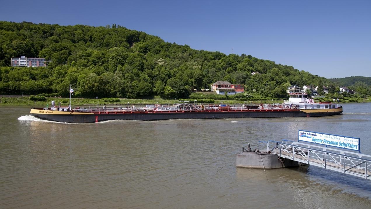 Öltanker auf dem Rhein
