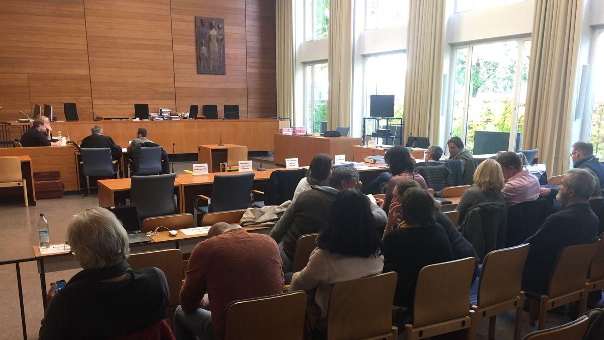 Aus den Zuschauerreihen eines Gerichtssaals im Traunsteiner Landgericht sieht man vorne die Angeklagten sitzen