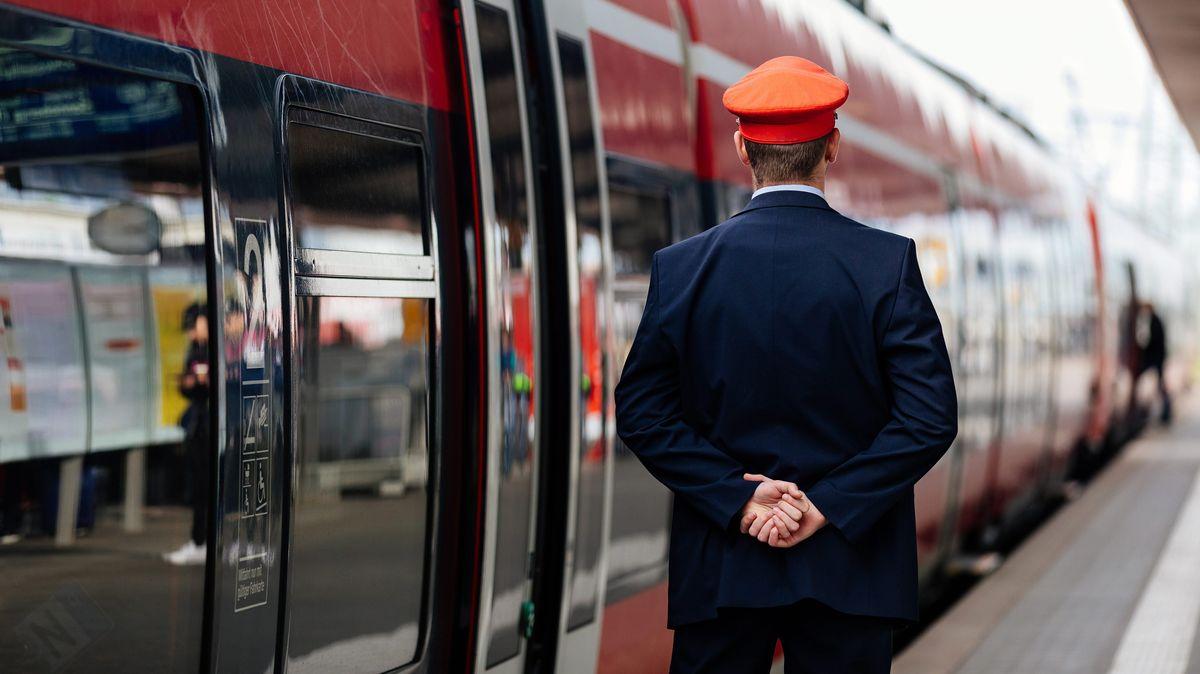 Ein Schaffner beobachtet die Abfahrt einer Regionalbahn auf dem Nürnberger Hauptbahnhof