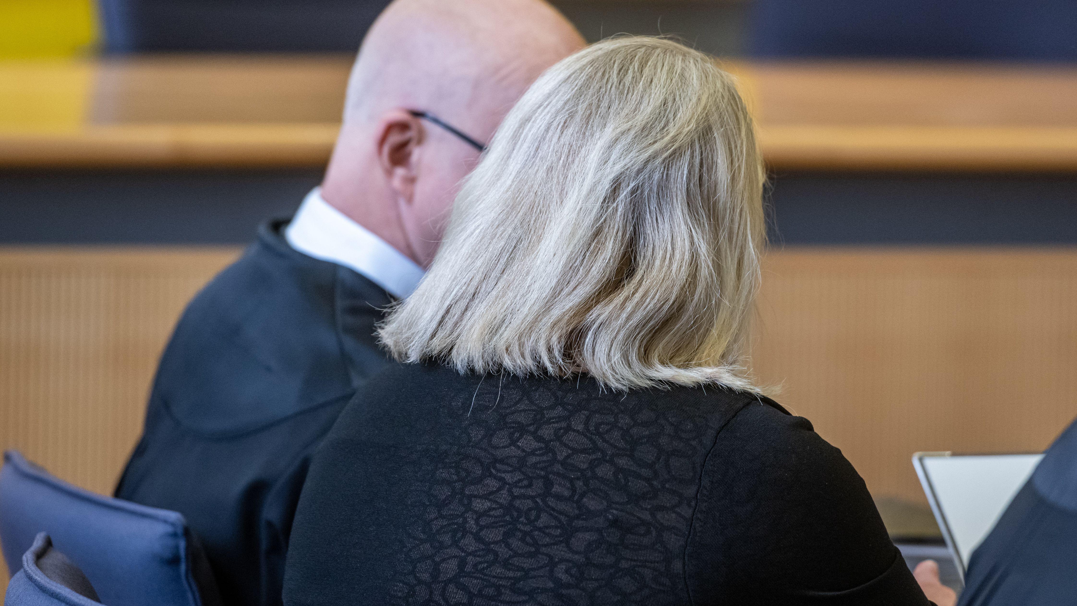 Die Angeklagte am ersten Prozesstag. Die Zahnärztin muss sich knapp eineinhalb Jahre nach dem Tod ihres Ehemannes vor Gericht verantworten.