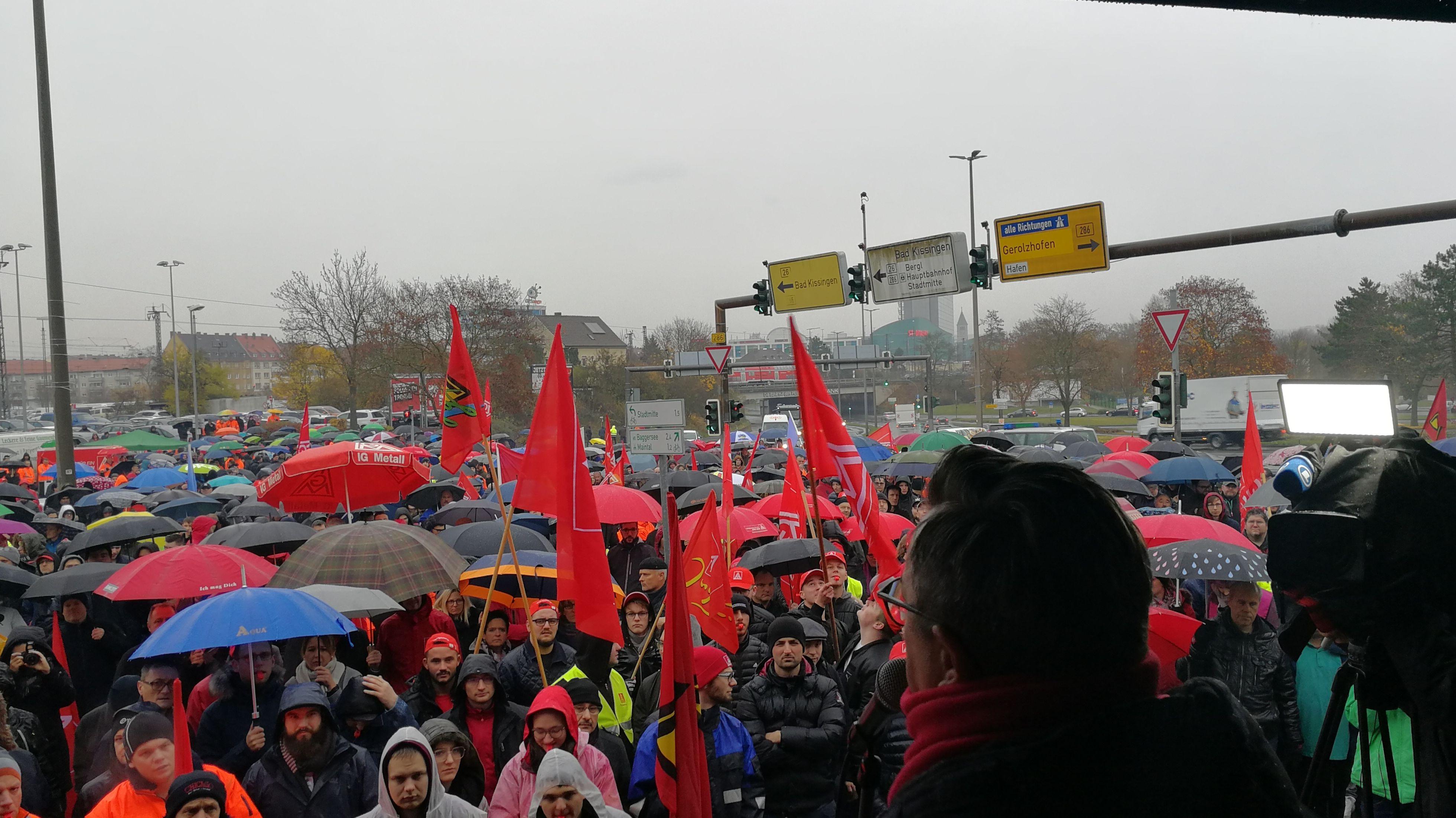 Über 3.000 Beschäftigte von Autozulieferern  demonstrieren in Schweinfurt.