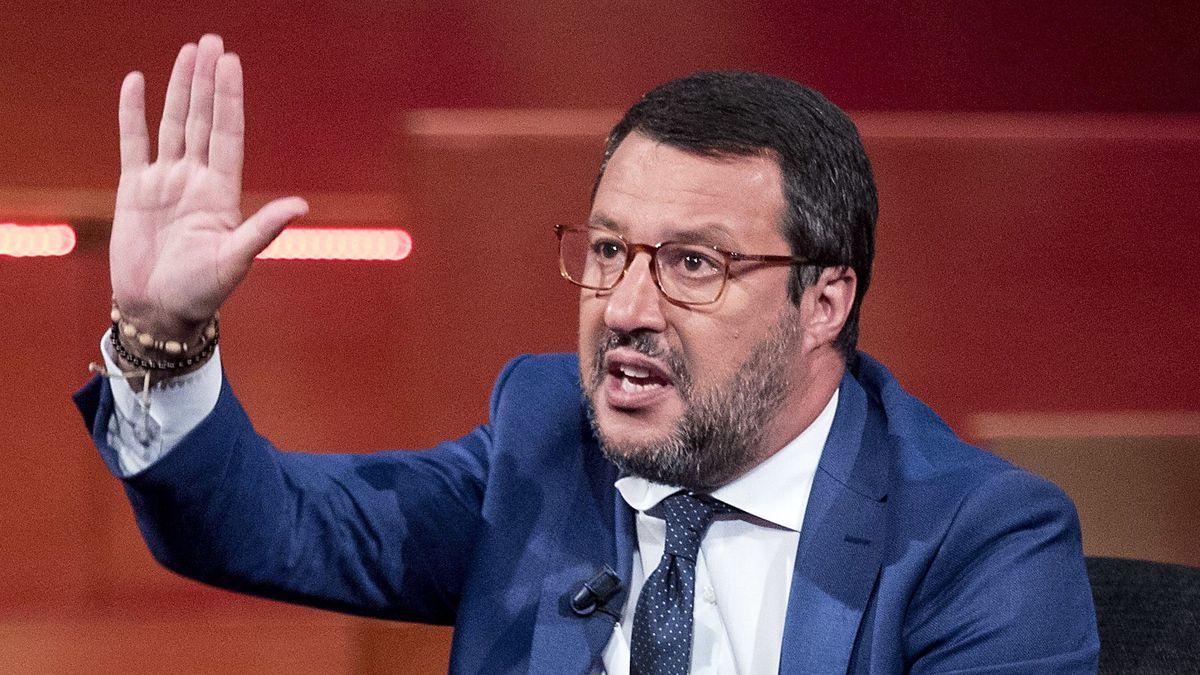 Italiens Ex-Innenminister Salvini hebt die rechte Hand