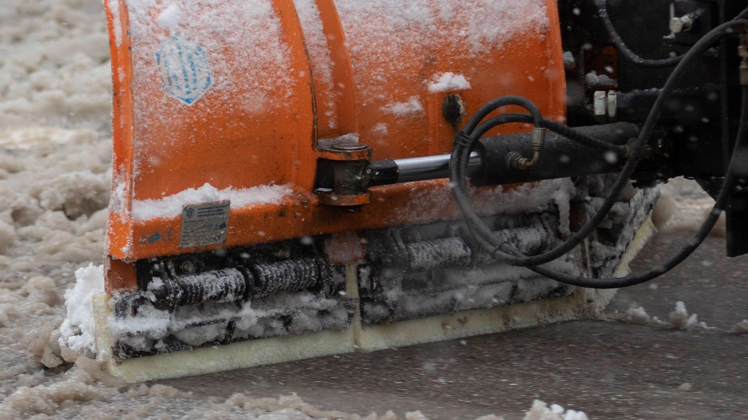 Der Winterdienst räumt die Straße.