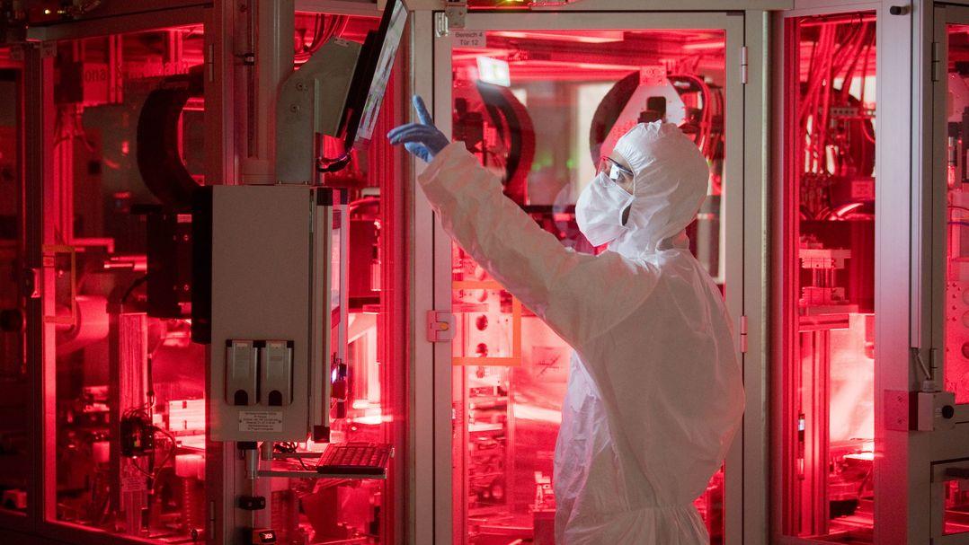 Ein Mitarbeiter von Volkswagen steht in einem Reinraum zur Produktion von Batteriezellen im VW Werk Salzgitter.