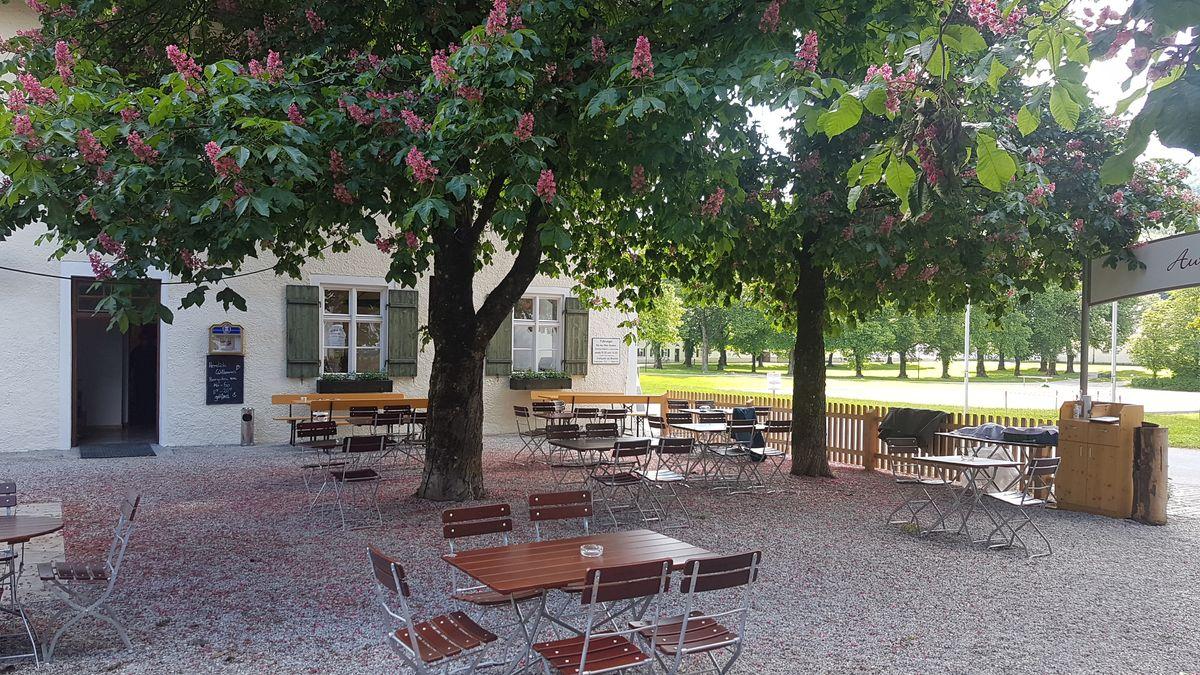 Der Biergarten mit den rosa blühenden Kastanien des Schwaiganger Gestütsgasthofs Herzogin Anna lädt zum abstandsgerechten Verweilen ein.