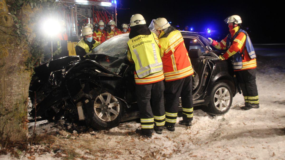Die Feuerwehr befreite den 31-Jährigen aus dem Auto.